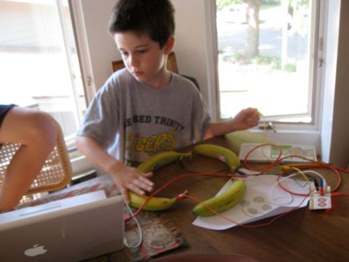 Playing_pacman_makeymakey